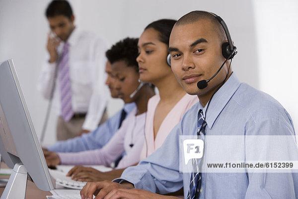 Computer  Wirtschaftsperson  arbeiten  multikulturell