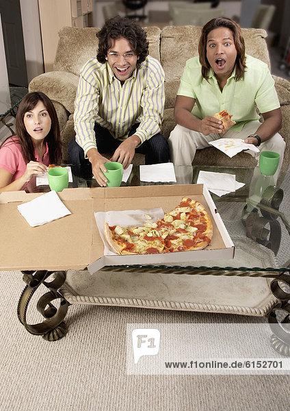 Freundschaft  sehen  Fernsehen  multikulturell  essen  essend  isst