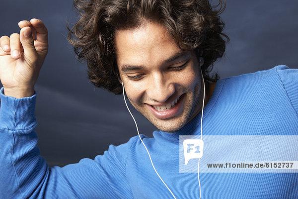 Mann  Hispanier  tanzen  Spiel  MP3-Player  MP3 Spieler  MP3 Player  MP3-Spieler