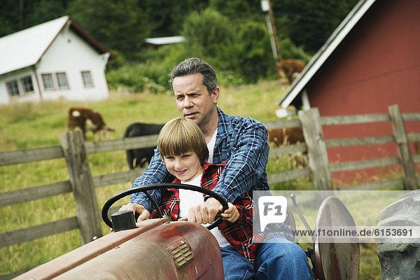 Menschlicher Vater  Sohn  fahren  Traktor