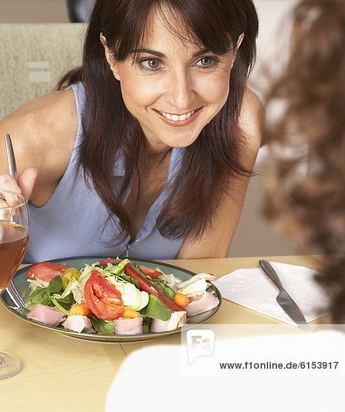 Frau  Hispanier  Salat  essen  essend  isst