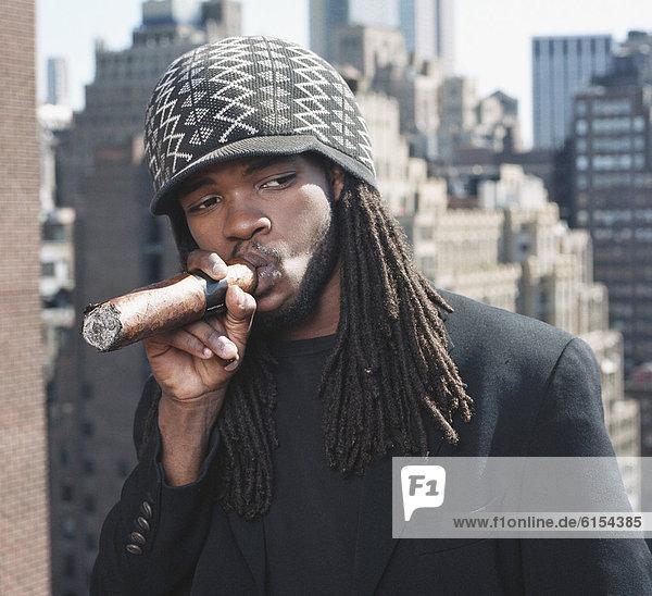rauchen  rauchend  raucht  qualm  qualmend  qualmt  Mann  Zigarre  groß  großes  großer  große  großen