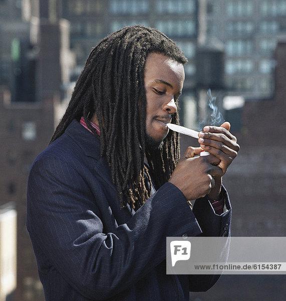 rauchen  rauchend  raucht  qualm  qualmend  qualmt  Mann  Zigarette