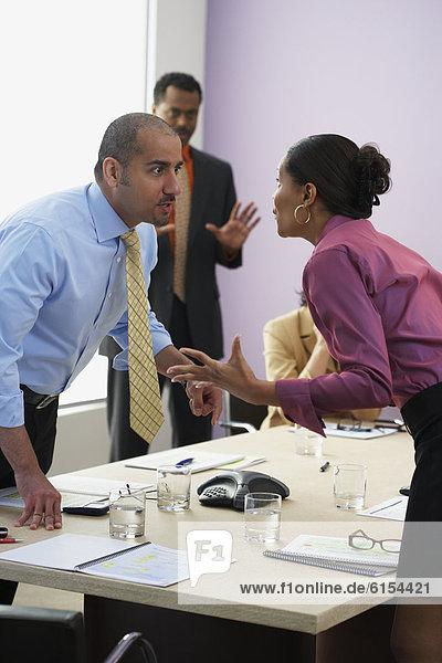Wirtschaftsperson  Konflikt  multikulturell  Tisch