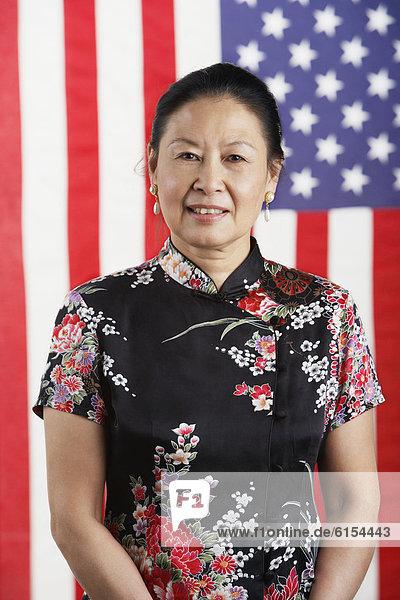 stehend  Senior  Senioren  Frau  frontal  Fahne  amerikanisch