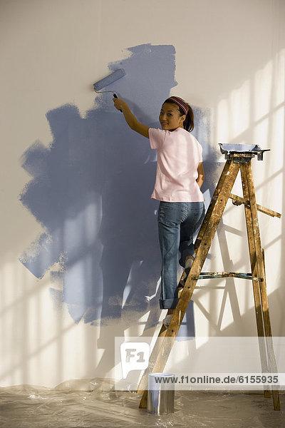 Frau Wohnhaus streichen streicht streichend anstreichen anstreichend Innenansicht