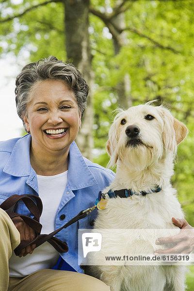 Frau  umarmen  Hund  amerikanisch