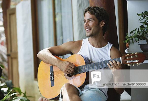 Mann  Gitarre  Südamerika  spielen