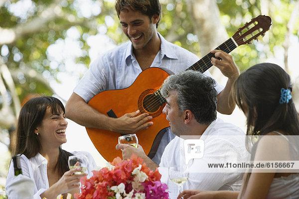 Mann  Freundschaft  Gitarre  Südamerika  spielen