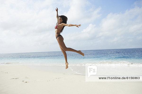 Frau  Strand  springen  Südamerika