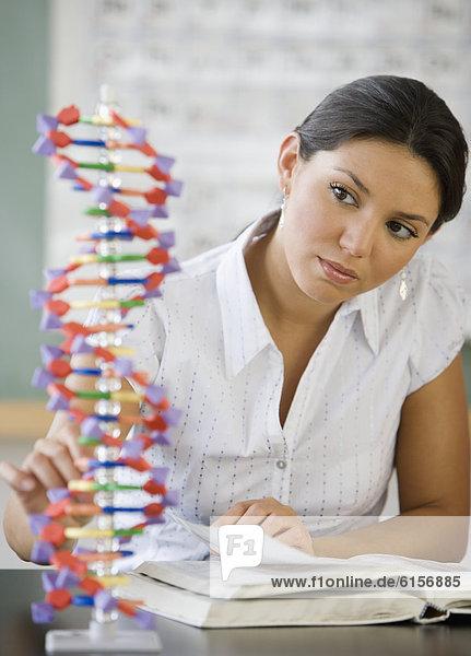 Frau  sehen  Modell  Hispanier  DNA