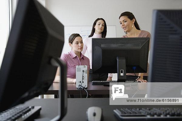 Geschäftsfrau  Computer  sehen  jung