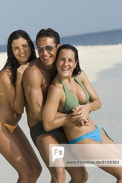 Freundschaft  umarmen  Strand  Hispanier