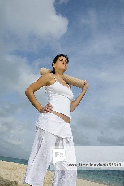 Frau  Strand  halten  Yoga  Matte