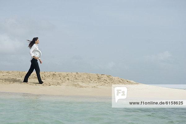 Frau  tragen  Strand  Uhr