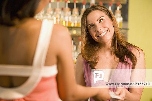 nehmen  Hispanier  Kredit  Angestellter  Kreditkarte  Karte  Umsatz