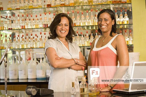 Verkäufer  Laden  Parfüm  Angestellter  multikulturell  Umsatz