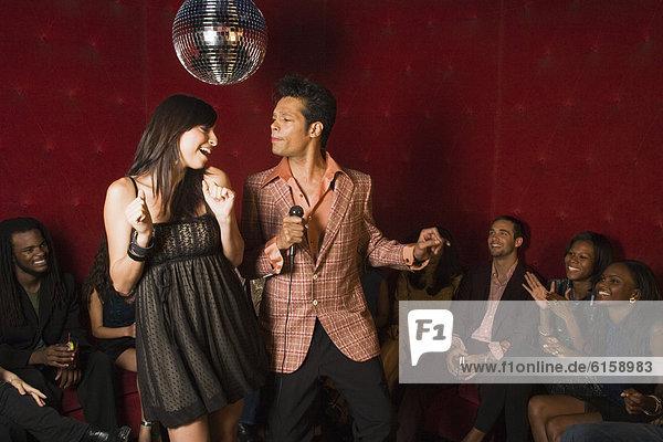 Gesang Nachtklub Karaoke Mann und Frau
