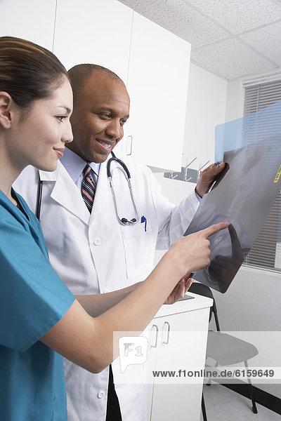 sehen  Fachleute  Gesundheitspflege  Röntgenbild  multikulturell