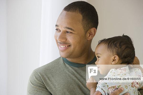 Menschlicher Vater  halten  amerikanisch  Baby