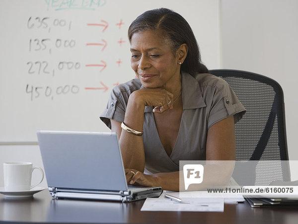 Senior  Senioren  Geschäftsfrau  sehen  Notebook  amerikanisch