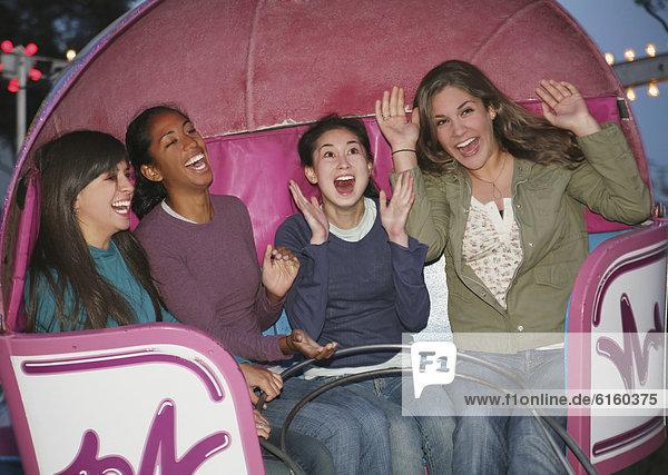 Fröhlichkeit  fahren  Mädchen  multikulturell  mitfahren