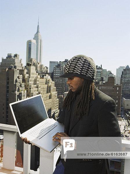 Städtisches Motiv  Städtische Motive  Straßenszene  Straßenszene  Mann  sehen  Notebook