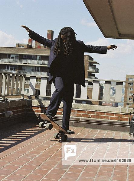 Städtisches Motiv  Städtische Motive  Straßenszene  Straßenszene  Mann  Balkon  Skateboarding