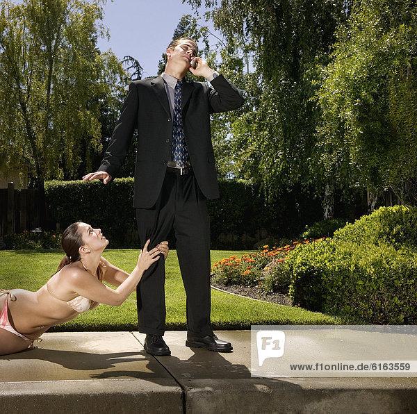 Frau Bikini Hispanier greifen