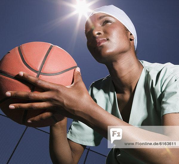 Frau  halten  Basketball