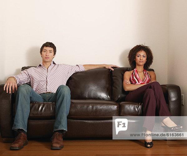 sitzend  Couch  multikulturell
