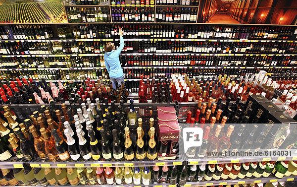 Getränkeabteilung  Spirituosen  Alkoholika  Selbstbedienung  Lebensmittelabteilung  Supermarkt  Deutschland  Europ