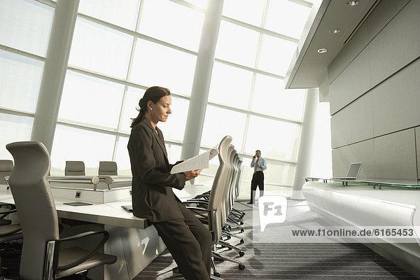 Geschäftsfrau  Geschäftsbesprechung  Zimmer  Konferenz  Schreibarbeit  vorlesen