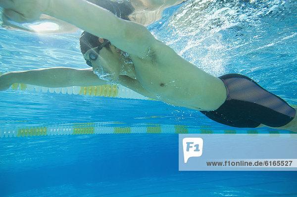 Mann  Unterwasseraufnahme  schwimmen  schießen