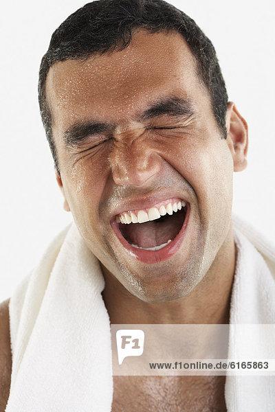 Mann  Hispanier  gähnen