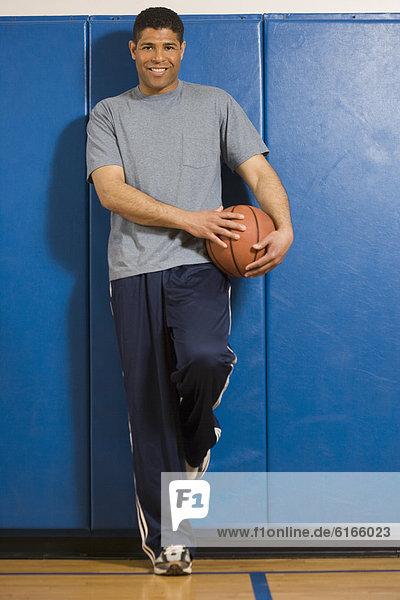 Mann  Hispanier  halten  Basketball