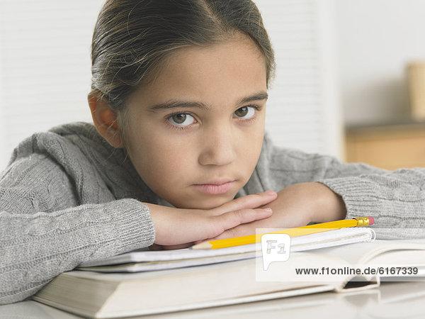 Junges Mädchen macht Hausaufgaben