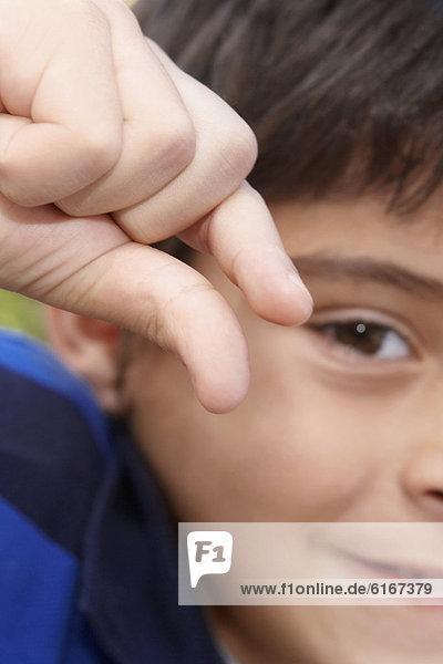 Menschlicher Zeigefinger  Menschliche Zeigefinger  Junge - Person  Hispanier  halten Menschlicher Zeigefinger, Menschliche Zeigefinger ,Junge - Person ,Hispanier ,halten