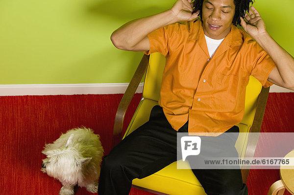 Mann  zuhören  Kopfhörer