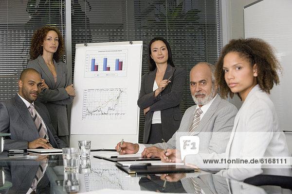 zeigen Geschäftsfrau geben multikulturell