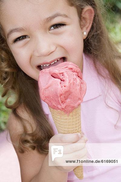 kegelförmig  Kegel  Hispanier  Eis  essen  essend  isst  Mädchen  Sahne kegelförmig, Kegel ,Hispanier ,Eis ,essen, essend, isst ,Mädchen ,Sahne