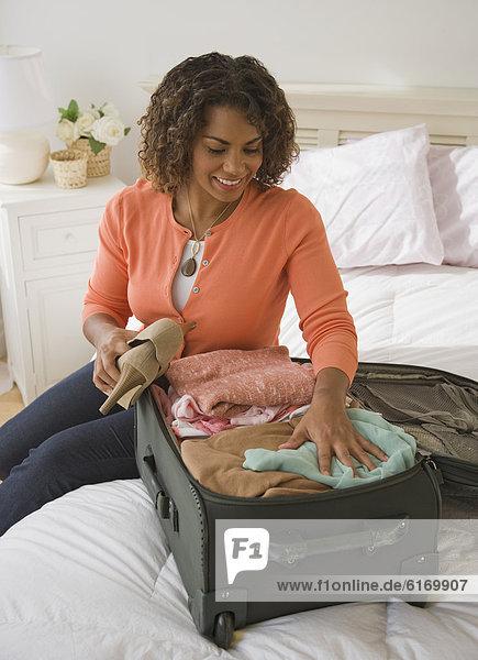Frau Koffer verpacken