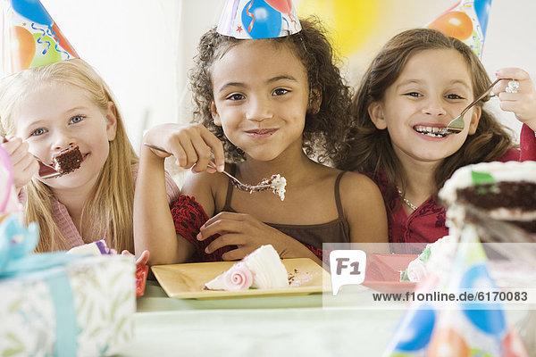 Geburtstag  Kuchen  Mädchen  multikulturell  essen  essend  isst