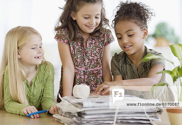 Zeitung  Mädchen  multikulturell  Bündel