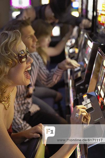 Faxgerät  Frau  jung  Casino  Loch  spielen
