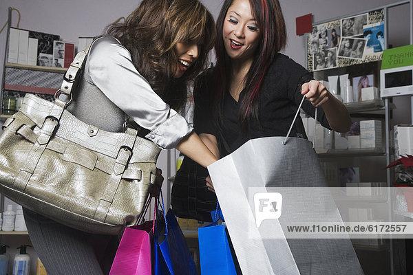 Frau  sehen  Tasche  kaufen  multikulturell