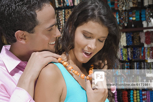 Mann  Freundin  Hispanier  befestigen  Halskette  Kette  Collier