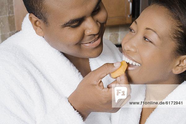 Mann  Ehefrau  Frucht  füttern