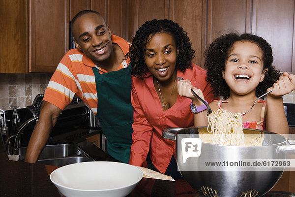 sehen  geben  Menschliche Eltern  Spaghetti  Tochter sehen ,geben ,Menschliche Eltern ,Spaghetti ,Tochter