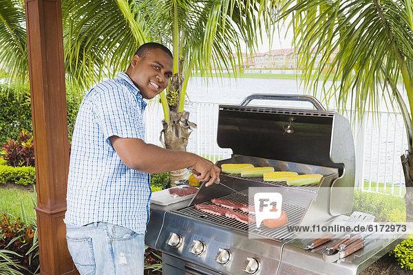 Mann  grillen  grillend  grillt